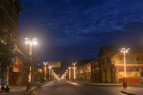 四川道孚县八美镇街道夜景