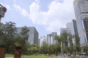 成都吉泰路活力公园及城市高楼