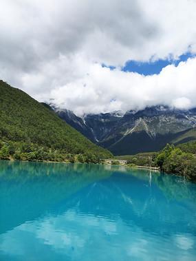 蓝月谷蓝色湖面风光