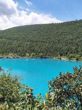 蓝月谷湖面风景图