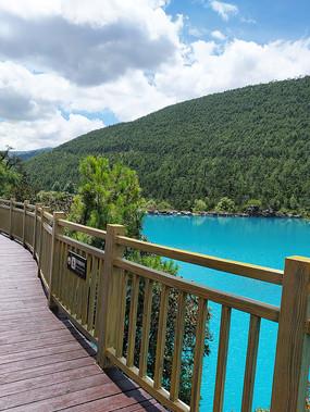 蓝月谷木桥湖面