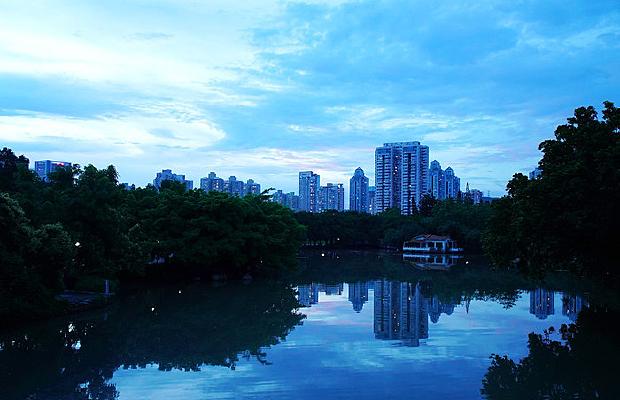 傍晚城市水倒影