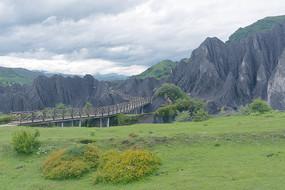四川八美墨石公园土石林木桥