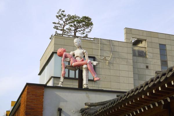 首尔三清洞文化街现代雕塑艺术
