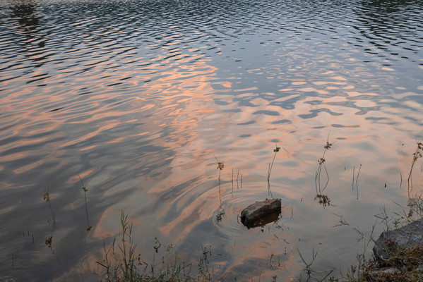 湖面日落倒映