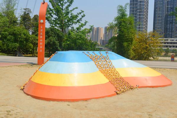 成都江滩公园儿童攀爬设施
