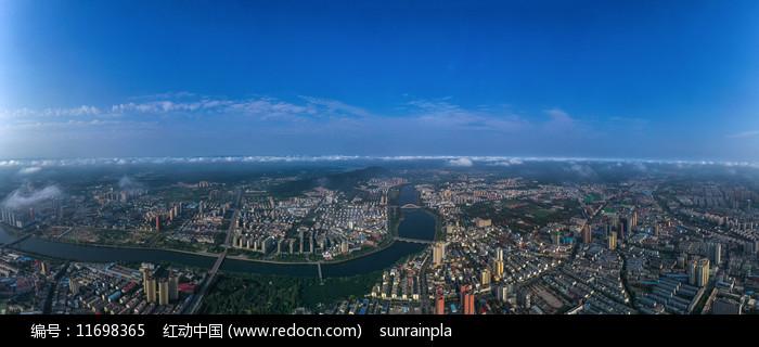 宽幅鸟瞰河流穿过的城市图片