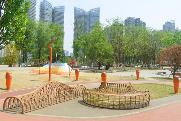 四川成都江滩公园仿藤编休息椅