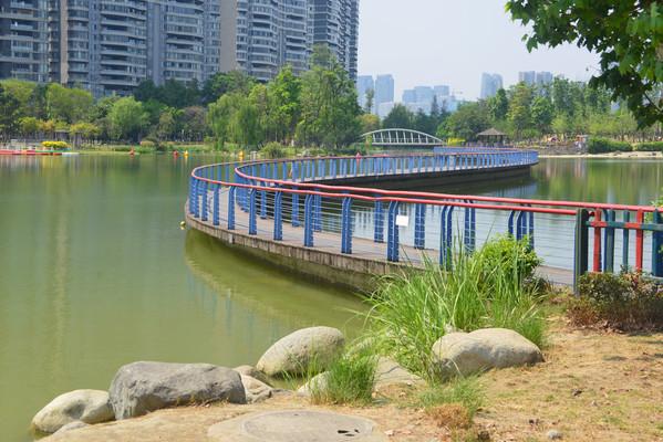 四川成都江滩公园湖泊步行桥