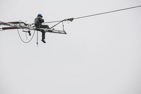 高空作業中的電力工人
