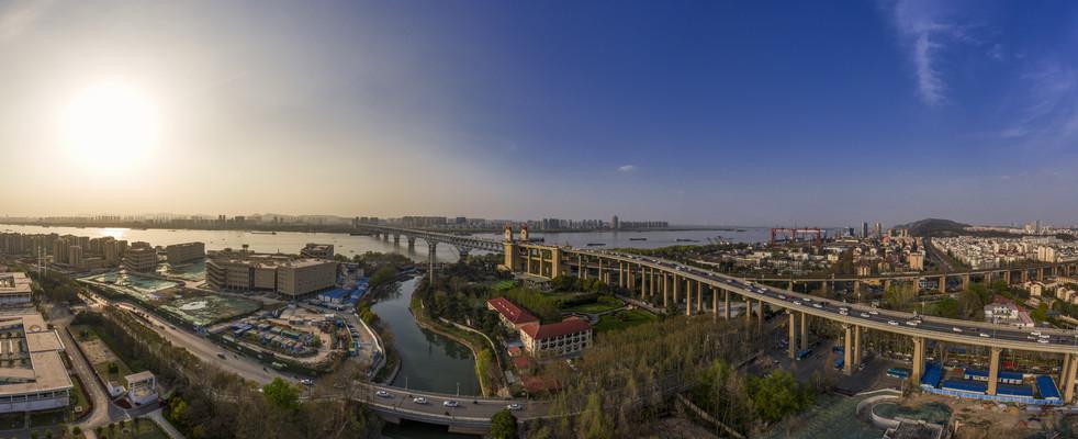 鸟瞰南京长江大桥日落全景图