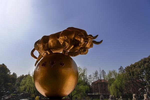 透空金黄拓荒牛雕塑
