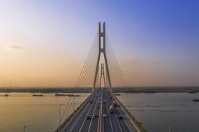 晚霞中的南京八卦洲长江大桥雄姿