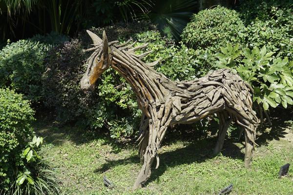 园林雕塑-树枝树皮雕的木马