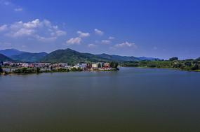 蓝天白云下湖边村镇风光