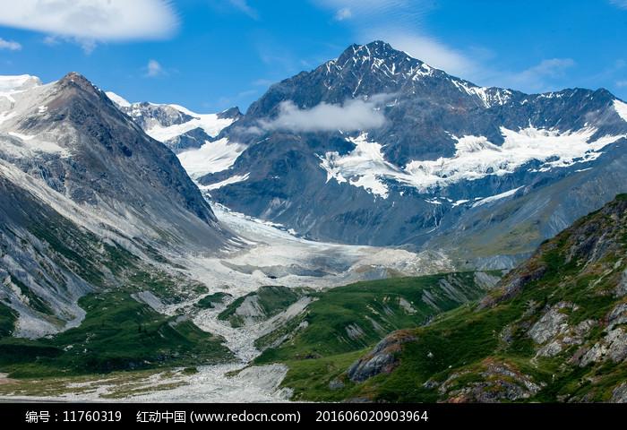 蓝天白云陡峭的雪山图片