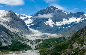 蓝天白云陡峭的雪山