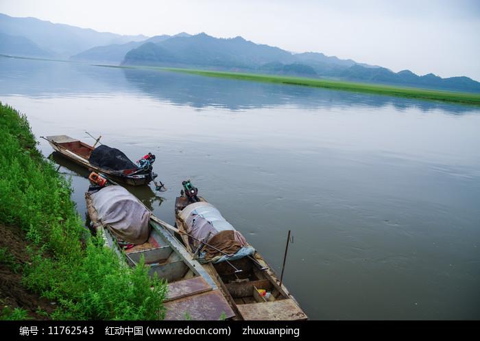 绿江上的渔船图片