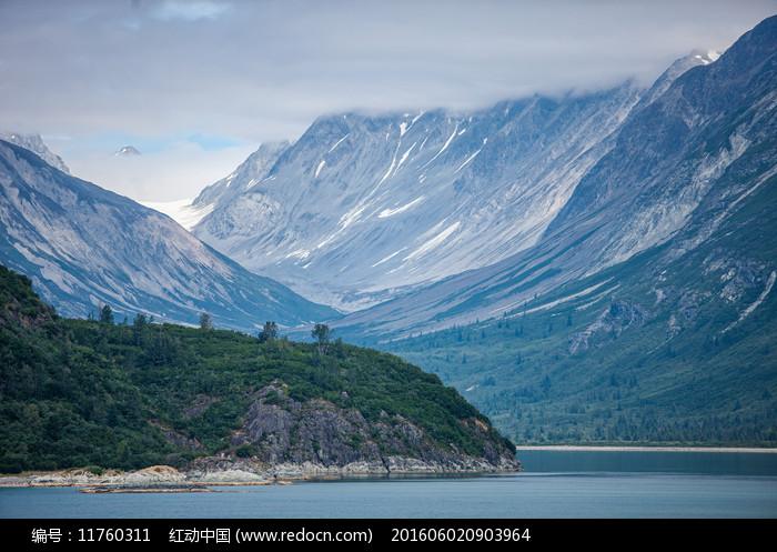 雪山陡峭山峰图片