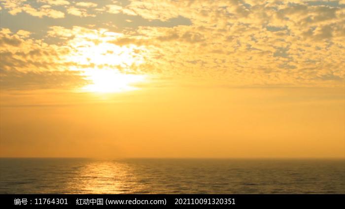 在宁静的海上温暖的日落图片