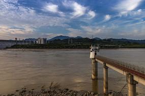 夕阳下的三峡大坝水文站美景