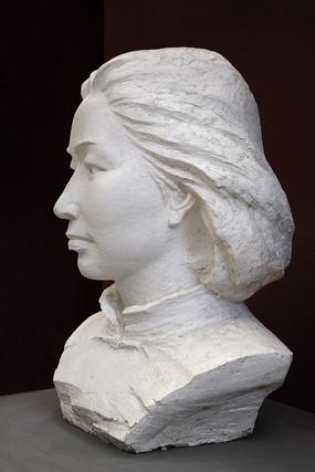 江姐雕塑侧面像