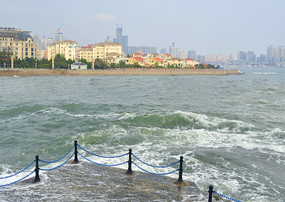 青岛浮山湾潮起时的滨海城市风光