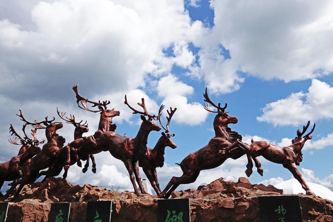 内蒙古敖鲁古雅乡驯鹿群鹿雕塑